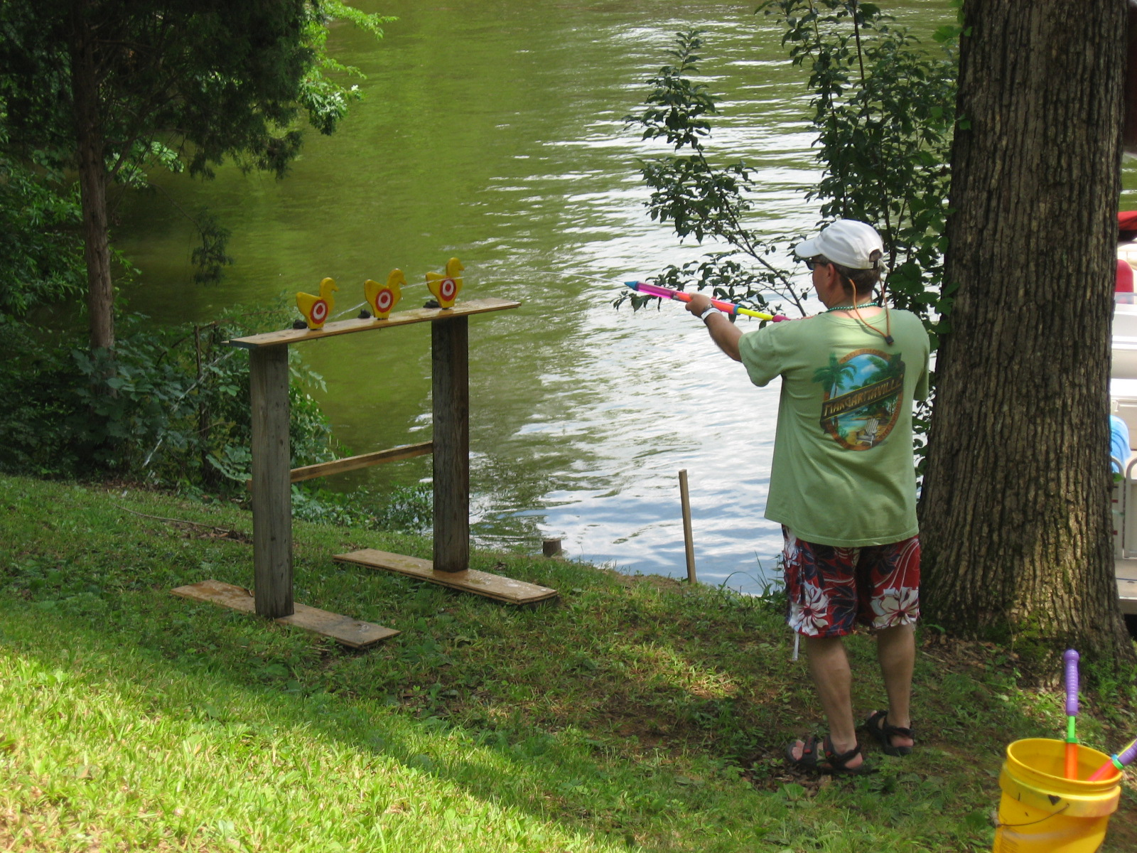 DUCK DYNASTY - BRYAN SHOOTING WOODEN DUCKS WITH A WATER GUN
